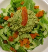 Žalios salotos su džiovintais abrokosais