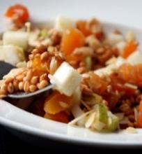 Daigintų kviečių, abrikosų ir skrudintų migdolų salotos