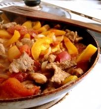 Kiauliena pomidorų ir paprikų padaže