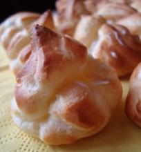 Plikyti pyragaičiai su saldžiu grietinėlės kremu