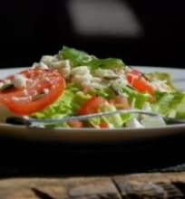 Pomidorų salotos su ožkos sūriu