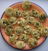 Sluoksniuoti pyragėliai su feta, alyvuogėmis ir pesto