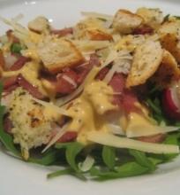 Rukolos salotos su šiltu kumpiu ir svogūnais