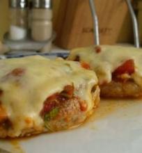 Kepsneliai su sūriu ir pomidorais