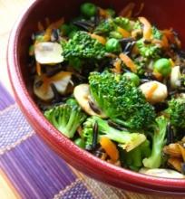 Šiltos laukinių ryžių ir brokolių salotos