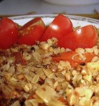 """Grikių """"daugiaryžis"""" su pomidorais"""