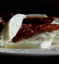Mozzarella di bufala con pomodori secchi