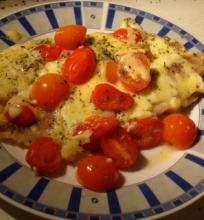 Menkė su sūriu ir pomidorais