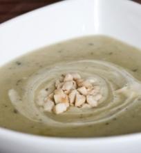 Bulvių ir topinambų sriuba su čiobreliais, maskarpone ir lazdyno riešutais