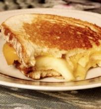 Sumuštiniai su karamelizuotais obuoliais ir sūriu