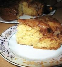 Jogurtinis pyragas su karameliniais obuoliais