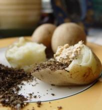 Bulvės su kanapių sėklomis