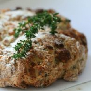 Ožkos pieno sūrio, svogūnų ir bulvių duona