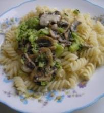 Makaronai su brokoliais ir pievagrybiais