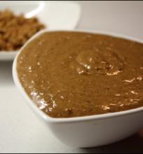 Karamelizuotų lazdyno riešutų praliné