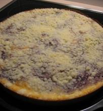 Trupininis varškės pyragas su juodųjų serbentų uogiene