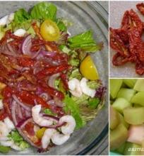 Salotos su džiovintais pomidorais ir rabarbarų padažu