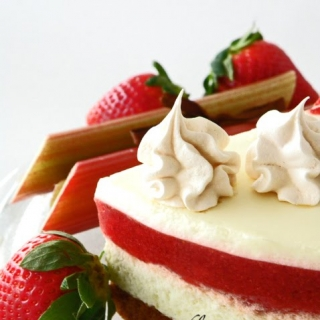 Rabarbarų, braškių ir baltojo šokolado tortas