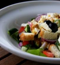 Fetos ir špinatų salotos. Beveik graikiškos