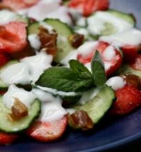 Braškių ir agurkų salotos