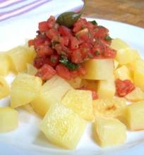 Orkaitėje keptos bulvės su pomidorų ir kaparėlių padažu