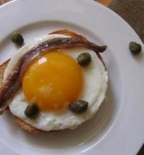 Kepti kiaušiniai gardinti ančiuviais ir kaparėliais