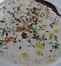 Šalta agurkų ir jogurto sriuba su graikiniais riešutais