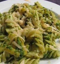 Makaronai su šparaginėmis pupelėmis ir pesto padažu