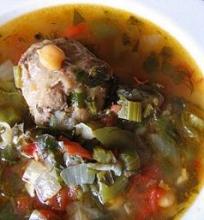 Jaučio uodegos sriuba su daržovėmis ir avinžirniais