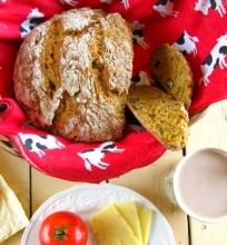 Duona su morkomis ir graikiniais riešutais