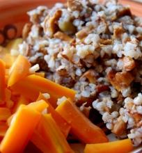 Grikiai su keptomis voveraitėmis ir česnakinės morkos.