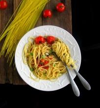 Spagečiai su keptų pomidorų, bazilikų ir česnakų padažu
