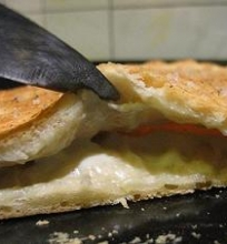 Foccacia įdaryta sūriu su mėlynuoju pelėsiu