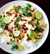 Nuostabios vištienos salotos su humuso padažu