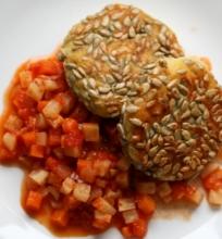 Bulvių ir salierų kepsneliai su daržovių padažu