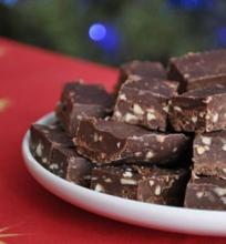 Juodojo ir pieniško šokolado saldainiai su riešutais