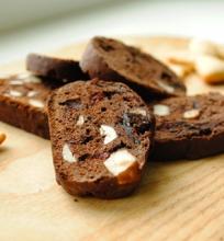 Kakaviniai biscotti su riešutais ir džiovintomis uogomis