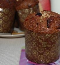 Šokoladiniai muffinai su šokolado gabalėliais ir džiovintomis spanguolėmis
