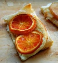 Trapūs pyragėliai su kreminiu sūriu ir vaisiais