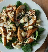Kriaušių ir špinatų salotos su Halloumi sūriu