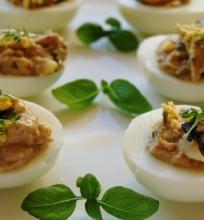 """Alyvuogėmis ir kapariais įdaryti kiaušiniai """"Mimozos"""""""