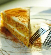 Morkų pyragas su varškiniu balto šokolado pertepimu