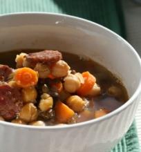 Chorizo, lęšių ir avinžirnių sriuba