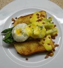 Šparagai su kiaušiniais ir olandišku padažu
