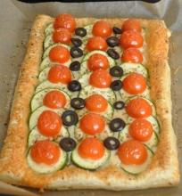 Cukinijų, pomidorų ir sluoksniuotos tešlos tarta