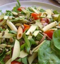 Špinatų salotos su makaronais