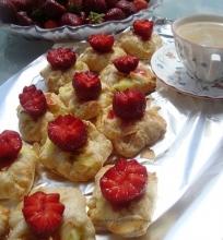 Sluoksniuotos tešlos pyragėliai su pudingu