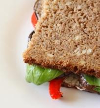 Sumuštinis su kepta paprika ir baklažanais