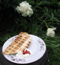 Quesadilla su troškintomis kriaušėmis ir ožkos sūriu