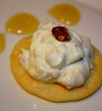 Jogurtinis sūrelis su medumi, imbieru ir graikiškais riešutais
